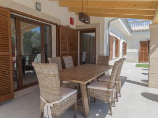 Great villa with HEATED POOL, Lloseta