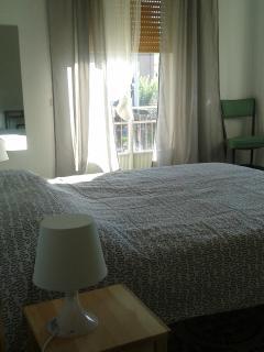 camera matrimoniale spaziosa e luminosa con balcone e bagno privato