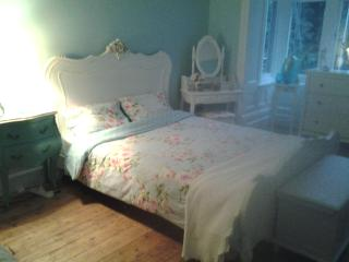 private kingsize room in period property, Cardiff