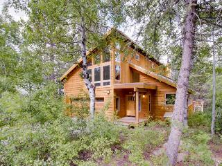 Spacious lodge with hot tub in a lovely wooded spot, Truckee