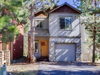 Family home w/ shared pool & tennis on the Deschutes River, Sunriver