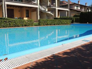 piscina a sfioro e zona solarium intorno