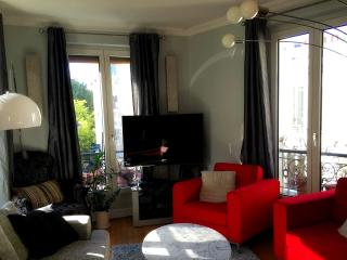 Sunny, spacious & fully refurbished in Montmartre, Paris