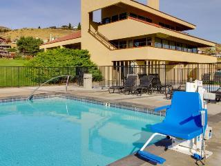 Condo with lake views, shared pools and hot tub, lake access!