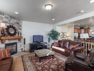 Classic, dog -friendly townhome w/private hot tub and shared pool access!