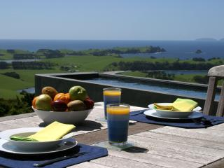 Aria - a coastal retreat with heated Pool, Whangarei