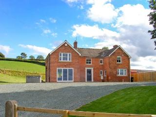 RED HOUSE FARM, detached, hot tub, pet-friendly, woodburner, WiFi, in Llanfair C
