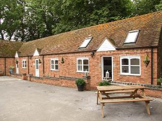 FINWOOD COTTAGE 2, all ground floor, open plan, shared garden, shared swimming pool, near Warwick & Royal Leamington Spa, Ref 925844