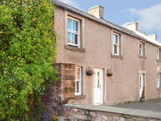 BLACKSMITH COTTAGE, former blacksmith's cottage, WiFi, off road parking, mature garden, in Appleby In Westmorland, Ref 928202