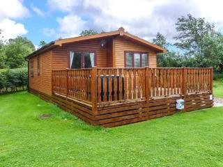 BROOK EDGE LODGE, detached lodge, on-site facilities, parking, decked patio, in Carnforth, Ref 928815