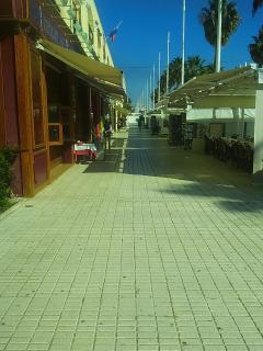 Zona de restaurantes, tiendas y bares.