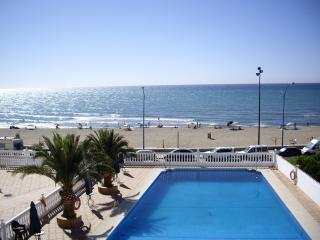 Your Home in the Sun. Beachfront Apartment with Pool, Sea Views and free WIFI., Fuengirola