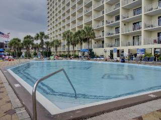 Beachfront resort condo w/balcony & shared pool/hot tubs!, Panama City Beach