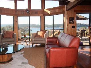 Gorgeous lodge on Lake Travis w/resort amenities & marina!, Lago Vista