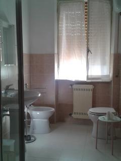 bagno con doccia non in camera ma in comune con un'altra stanza