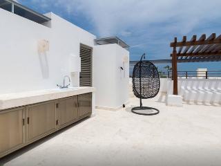 2BD PH-2 BLOCKS FROM BEACH+ LARGE TERRACE+JACUZZI, Playa del Carmen