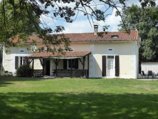 Traditional farmhouse near Riberac, private pool, Allemans