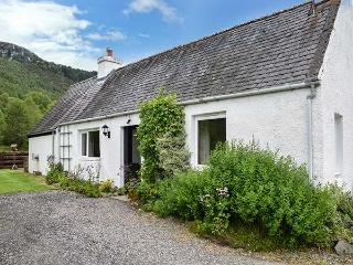GLEN CROFT COTTAGE, detached, single-storey, on holiday park, Loch Ness ten mins walk, in Invermoriston, Ref 906559