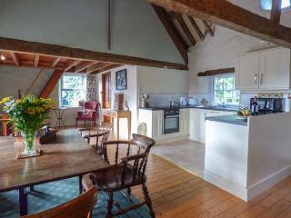 HENBLAS COACH HOUSE, character cottage, mezzanine bedrooms, woodburner, pet-friendly, in Malltraeth, Ref 929533