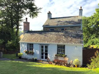 Trevenna Cottage at Hill House, cosy, romantic, secluded and picturesque!, Duloe