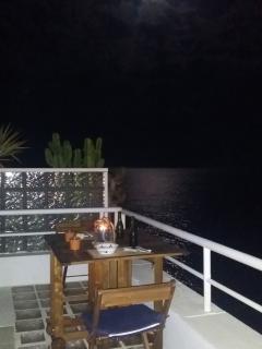 Disfruta de una cena romantica con la luz de la Luna.