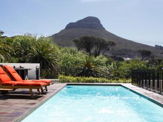 Sunny and central garden cottage with shared pool, Cape Town