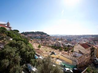 APARTAMIENTO BONITO C/ TERRAZA CERCA GRACA, Lisbon