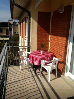 Balcony equipped with table and chairs, for the pleasure of having breakfast outdoors!
