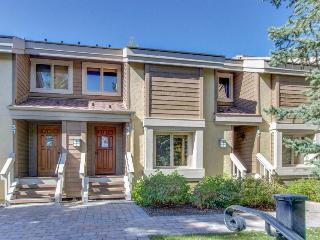 Condo w/golf course views , shared pool & hot tub, adjacent to slopes!