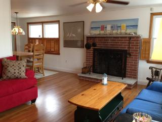 4 BR Open & Airy Sleeps 12  2 Off Bay EZ to Beach, Surf City