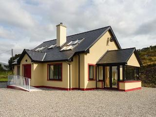 CURRAHA, family holiay home, solid fuel stove, open plan, gardens, in Lauragh, R