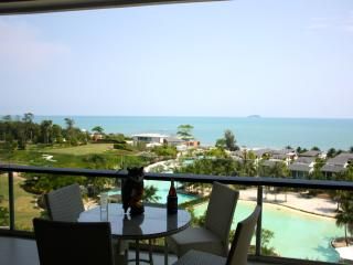 Luxury 2 bedroom 7th floor beachfront apartment., Ban Laem Mae Phim