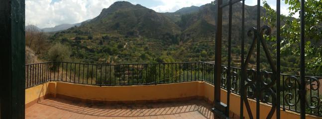 Balcón con vistas hacia la montaña desde una de las habitaciones