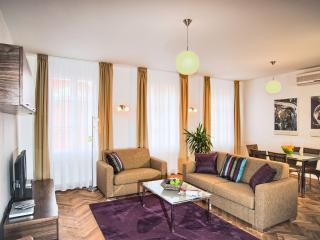 Heart of Prague - Executive 2bdr Karlova Residence, Praga