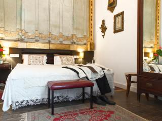 VATICAN ROOM in OLD CHOCOLATE FACTORY B&B + Shared Bathroom, Patio & Terrace