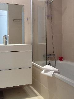 Salle de bain attenante à la chambre 2 (lavabo, baignoire) - WC séparé