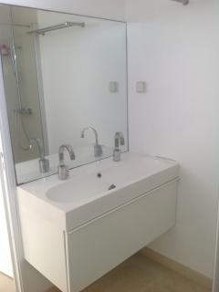 Salle de bain attenante à la chambre 1 (lavabo, WC, douche)