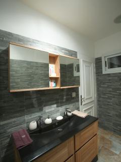 SDB chambre rose avec effets de toilette