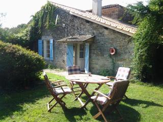 Le Chevrefeuille , Traditional Cottage- away from it all or adventure