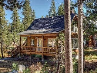 Blissful Seclusion at a 2BR Soda Springs Cottage– Views of Castle Peak