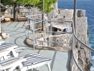 Romantic villa on the sea, into a natural cliff, Fiordo di Furore