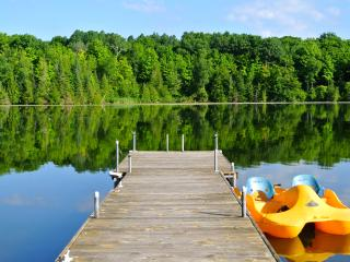 Private and calm lake, great for large groups. Three docks for all day relaxing in sun or shade.