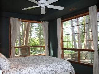 Waterfront Cottage in Kawartha Lakes 7 Bedrooms, WiFi, 200 ft private lakefront