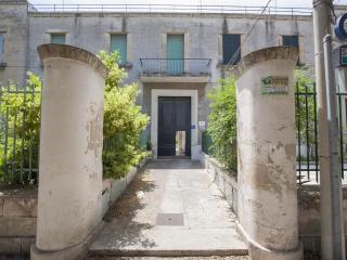 Mono Serenella, Lecce