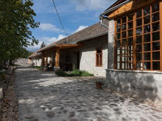 Karádi-Berger apartment in the winery, Erdobenye
