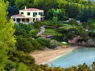 BEACHFRONT VILLA WITH TENNIS COURT, Porto Heli