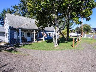 Charming bayfront & dog-friendly house with private hot tub, beach access!, Waldport