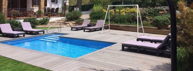 Swimming pool and sunbathing zone