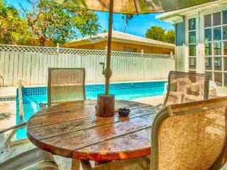 Coconut Beach House - 4 Bdrs - Private Pool, Clearwater