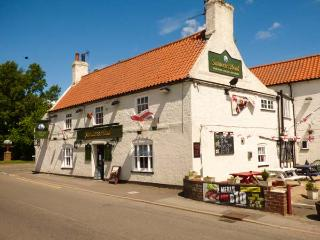 OLD FUNCTION ROOMS, first floor apartment, en-suite, WiFi, pet-friendly, stabling available,  near Skegness, Ref 926195